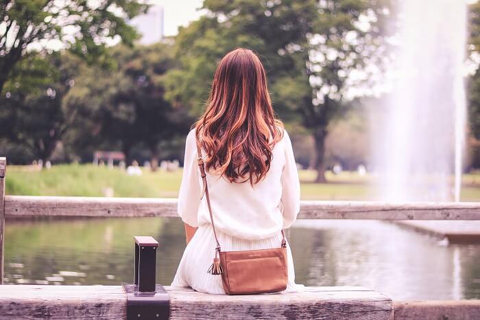 噴水を見つめる女性