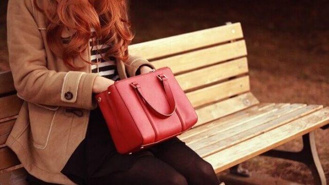 バッグをがさごそする女性